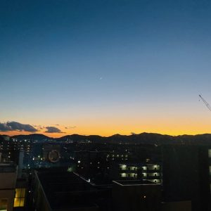 オフィスから見える空がきれいだったのでおすそ分けです!暗くなるのがとても早いですね☽